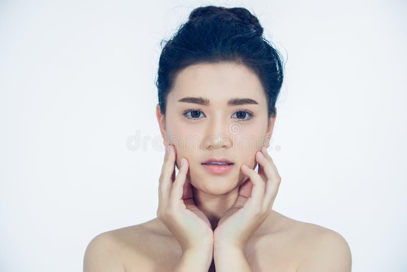 Las mujeres asi?ticas hermosas con la piel fresca limpia tocan para poseer la cara Tratamiento facial Cosmetolog?a, belleza y bal foto de archivo libre de regalías