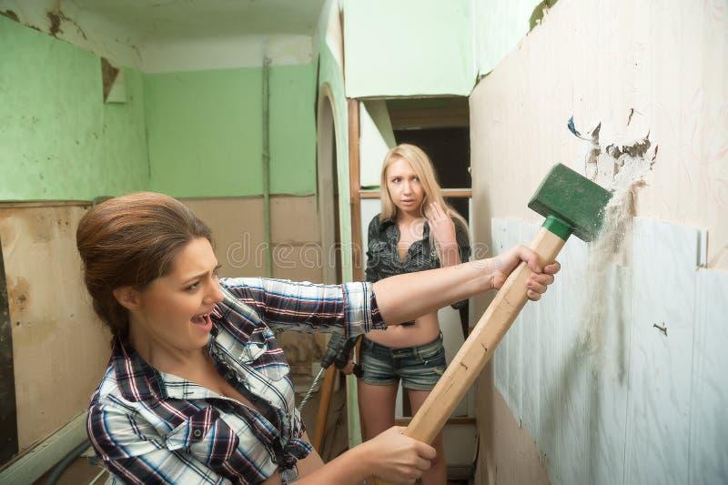 Las mujeres atractivas con las herramientas trabajan interior fotografía de archivo libre de regalías