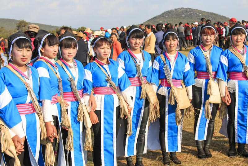 Las mujeres chinas en la ropa antigua de Bai Yi durante la pera de Heqing Qifeng florecen festival imagenes de archivo