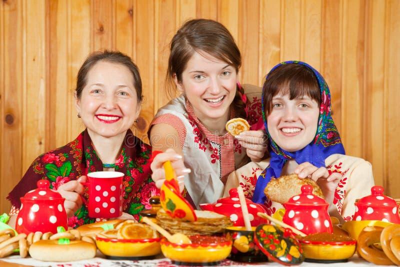 Las mujeres comen la crepe con el caviar fotografía de archivo libre de regalías