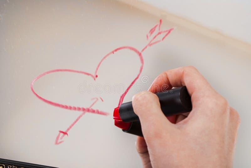 Las mujeres dan con el corazón rojo del dibujo del lápiz labial y redactan amor en el espejo para el día de tarjetas del día de S imágenes de archivo libres de regalías