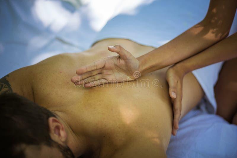 Las mujeres dan masajes a hombres jovenes imagen de archivo libre de regalías