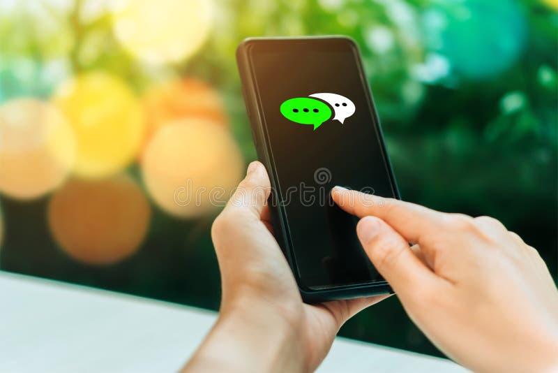 Las mujeres dan usando smartphone que mecanografían, charlando la conversación en iconos de la caja de la charla surgen imagen de archivo