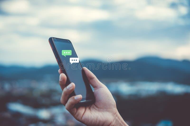 Las mujeres dan usando smartphone que mecanografían, charlando la conversación en iconos de la caja de la charla surgen Medios co imágenes de archivo libres de regalías