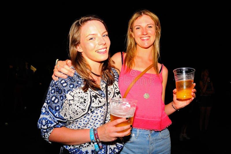 Las mujeres de la audiencia tienen una cerveza en el festival de la BOLA imagen de archivo