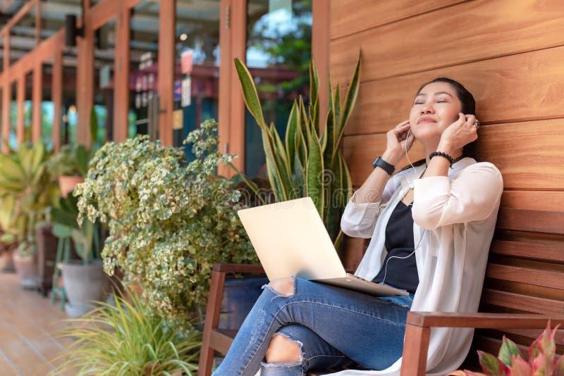 Las mujeres de la forma de vida trabajan independientemente para gozar de espacio de trabajo del aire libre del ordenador portáti fotografía de archivo libre de regalías