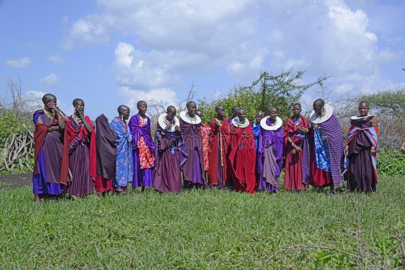 Las mujeres de Maasai recolectan juntas para una danza que lleva los trajes coloridos y ceremonial complejo babero-como la joyerí imagenes de archivo