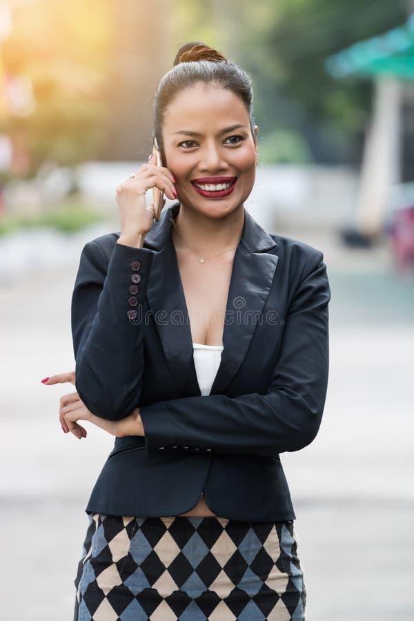 Las mujeres de negocios asiáticas están llamando foto de archivo libre de regalías