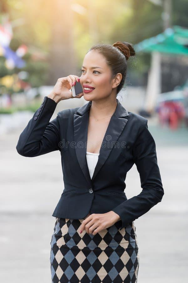Las mujeres de negocios asiáticas hermosas están llamando imagen de archivo