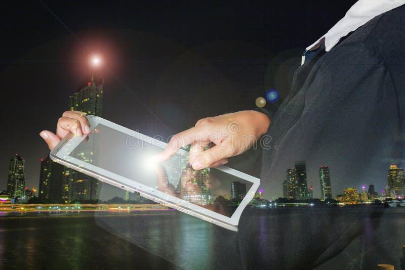 Las mujeres de negocios de la exposición doble están utilizando el móvil y tocan el teléfono elegante imagenes de archivo