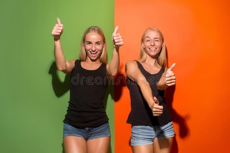Las mujeres de negocios felices que se colocan y que sonríen fotos de archivo libres de regalías