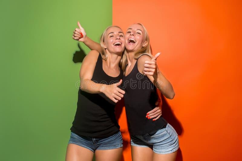 Las mujeres de negocios felices que se colocan y que sonríen fotografía de archivo libre de regalías