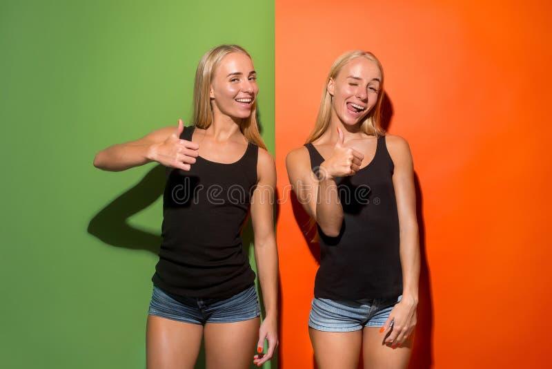 Las mujeres de negocios felices que se colocan y que sonríen fotografía de archivo