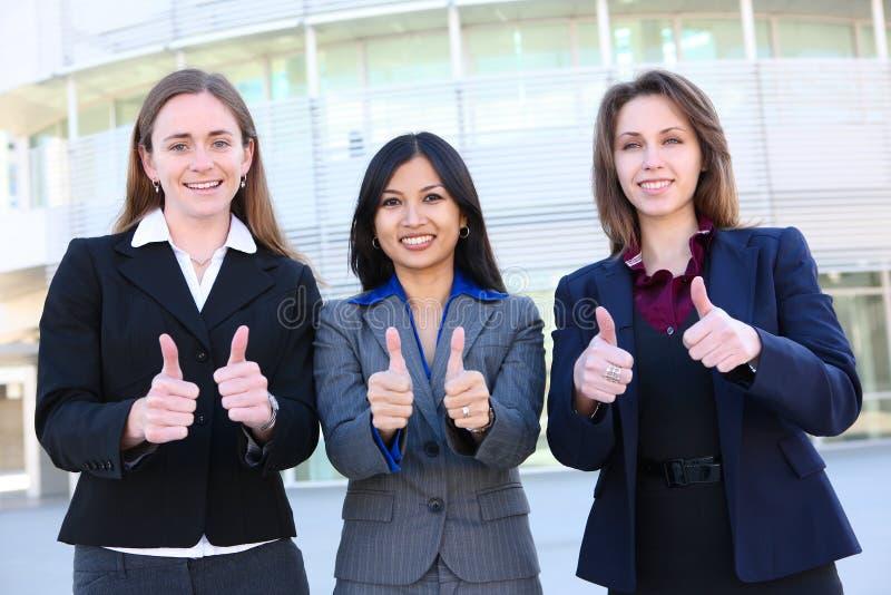 Las mujeres de negocios manosean con los dedos para arriba foto de archivo libre de regalías