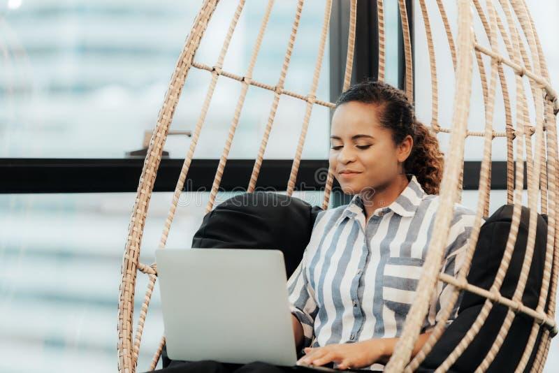 Las mujeres de negocios usando la tableta a trabajar con datos financieros en la oficina moderna, relajan y descansan tiempo desp fotos de archivo