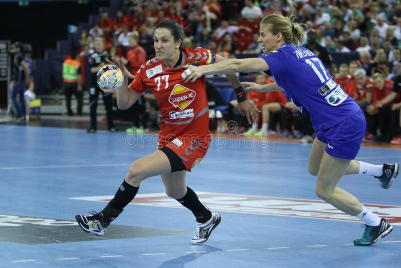 """Las MUJERES EHF del BALONMANO DEFIENDEN el †""""CSM BUCURESTI del FINAL 4 de la LIGA contra ZRK VARDAR fotografía de archivo"""