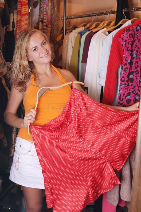 Las mujeres eligen la ropa imágenes de archivo libres de regalías