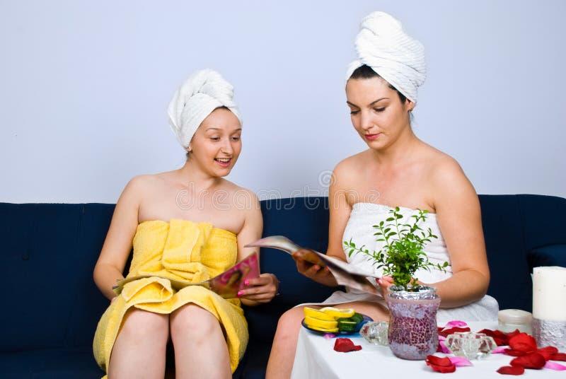 Las mujeres en el balneario en sala de espera leyeron los compartimientos fotografía de archivo libre de regalías