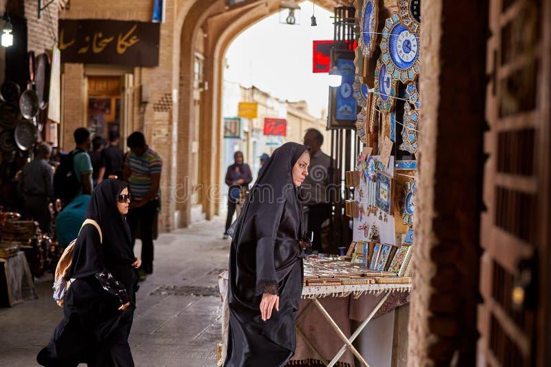 Las mujeres en ropa islámica están caminando alrededor del mercado, Isfahán, Ira foto de archivo libre de regalías
