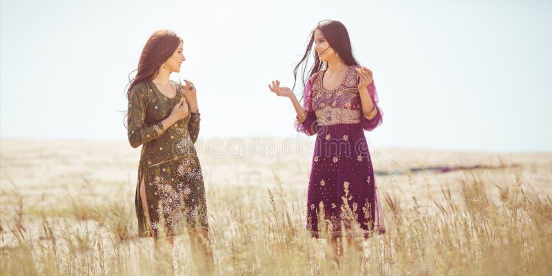 Las mujeres encontraron el oasis en desierto fotos de archivo