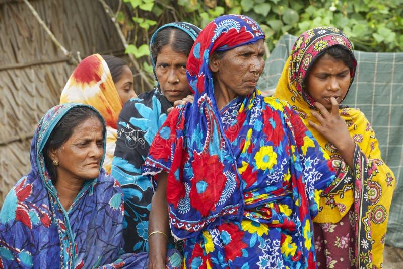 Las mujeres esperan a sus maridos de la pesca en Mongla, Bangladesh imagenes de archivo