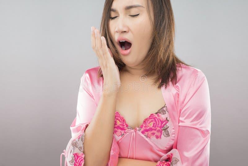 Las mujeres están bostezando después de que ella despierte imagen de archivo