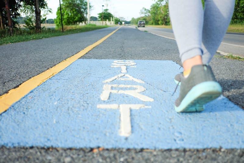 Las mujeres están comenzando a correr en el parque foto de archivo libre de regalías