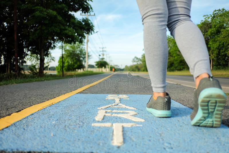Las mujeres están comenzando a correr en el parque imagen de archivo