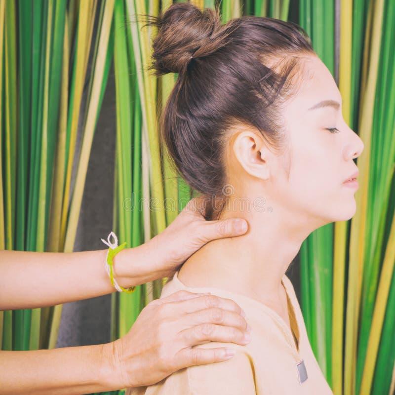 Las mujeres están consiguiendo masaje en cuello foto de archivo