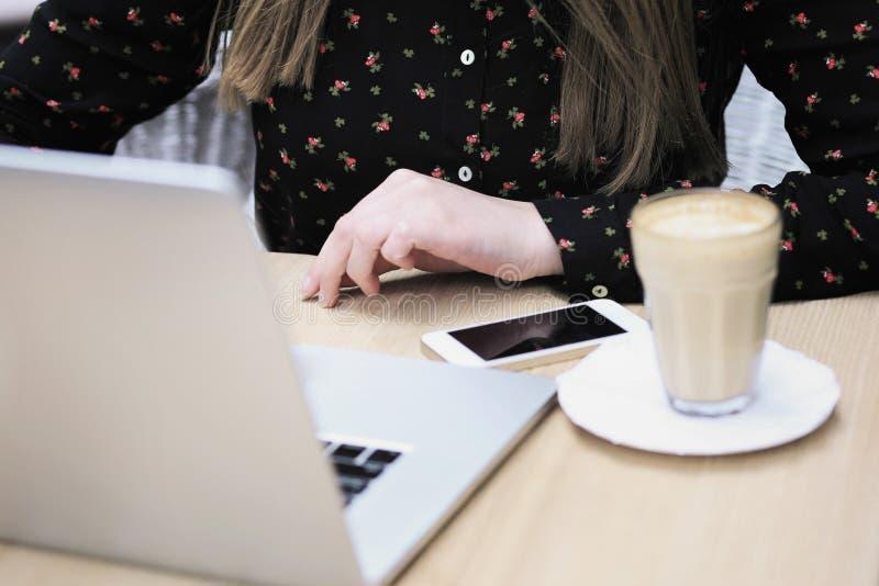 Las mujeres están llevando la camisa negra en el café fotografía de archivo