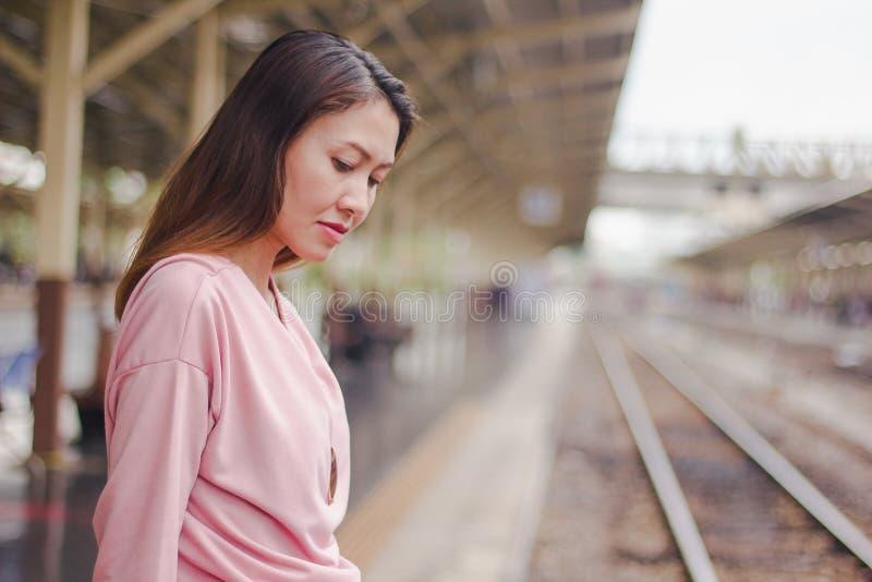 Las mujeres están mirando la plataforma ferroviaria foto de archivo libre de regalías