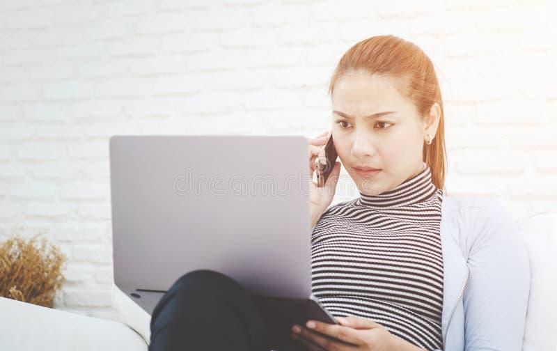 Las mujeres están trabajando y tienen tensión foto de archivo