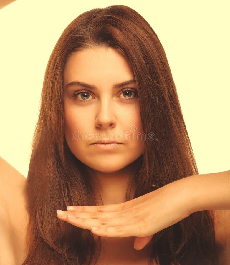 Las mujeres grandes del retrato de la muchacha perfeccionan la piel y las manos o aislado los ojos foto de archivo