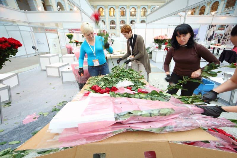 Las mujeres hacen ramos fotos de archivo libres de regalías