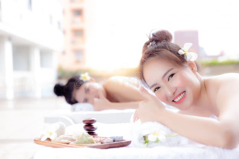 Las mujeres hermosas del cliente dan el pulgar hasta tienda del balneario en el lujo res fotografía de archivo