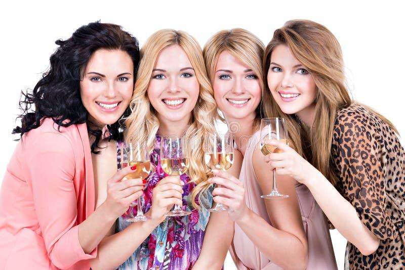 Las mujeres hermosas jovenes del grupo tienen partido imagen de archivo