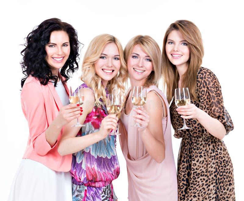Las mujeres hermosas jovenes del grupo tienen partido foto de archivo