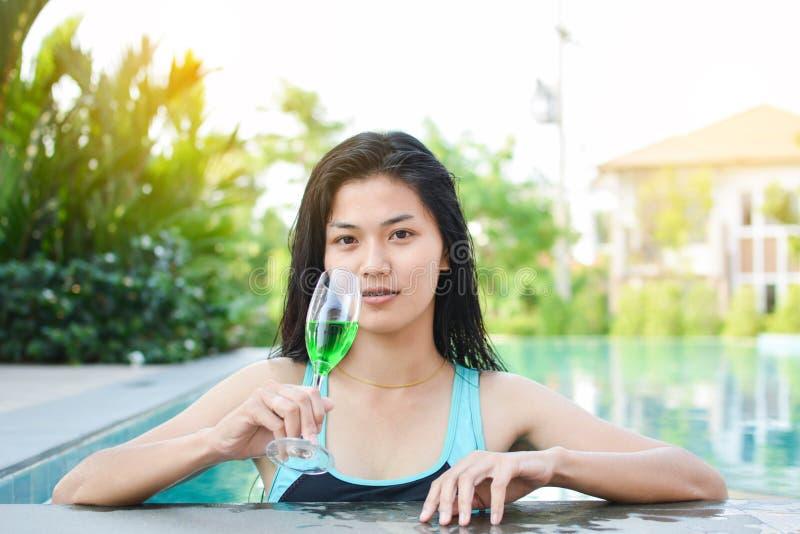 Las mujeres hermosas que juegan en una piscina relajan tiempo el día de fiesta imagen de archivo