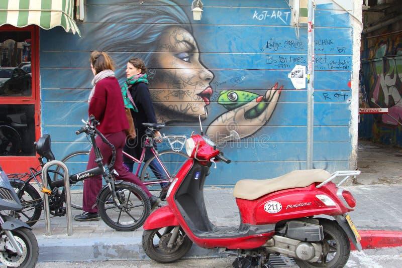 Las mujeres jovenes caminan el arte de las pinturas murales, Florentin, Tel Aviv imágenes de archivo libres de regalías