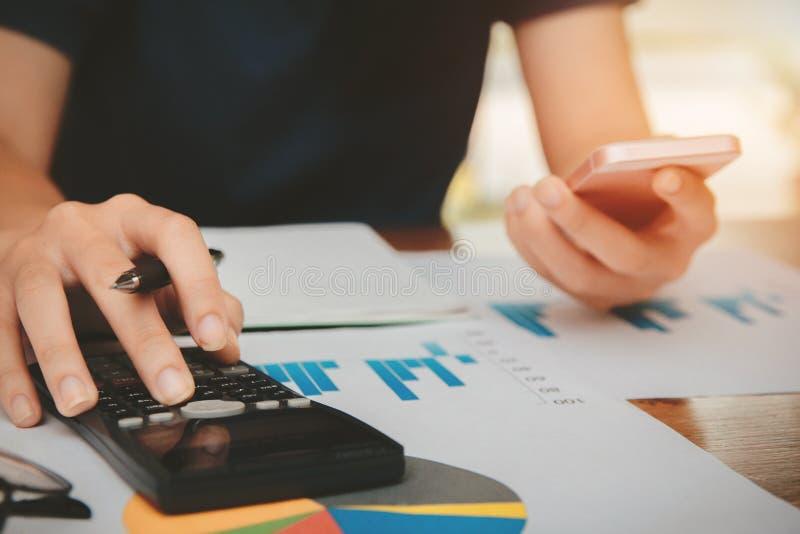 Las mujeres jovenes de la mano están calculando impuesto sobre la renta individual para enviar la información a las agencias de e imágenes de archivo libres de regalías