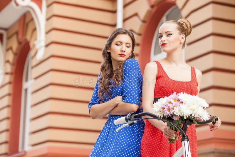 Las mujeres jovenes hermosas están caminando a través de ciudad imágenes de archivo libres de regalías