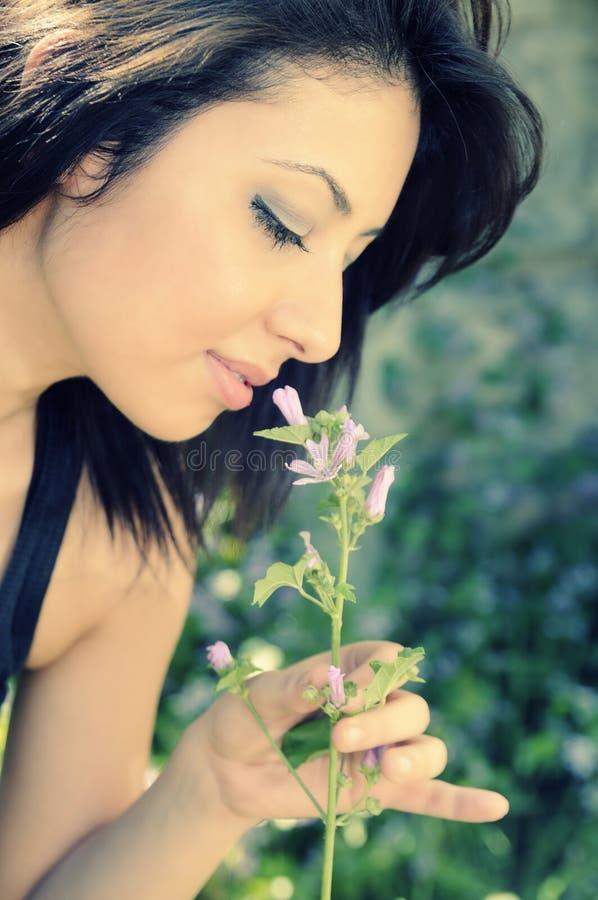 Las mujeres jovenes hermosas modelan con el pelo largo imágenes de archivo libres de regalías