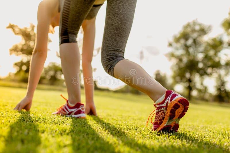 Las mujeres jovenes se están preparando para correr, entrenando a concepto foto de archivo libre de regalías