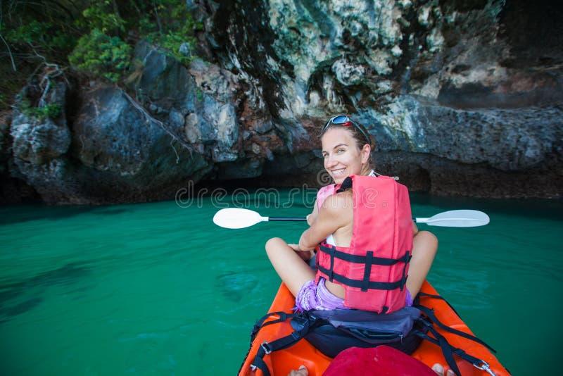 Las mujeres kayaking en las cuevas del mar en la orilla de Krabi, Tailandia fotos de archivo libres de regalías
