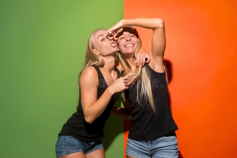 Las mujeres locas con la expresión extraña fotos de archivo