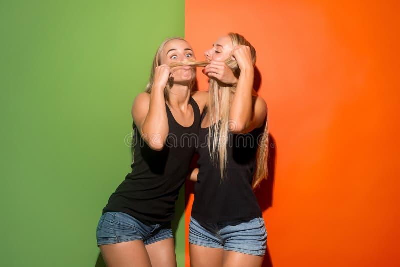 Las mujeres locas con la expresión extraña imagenes de archivo