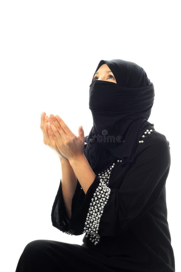 Las mujeres musulmanes ruegan la mirada para arriba de cara fotos de archivo