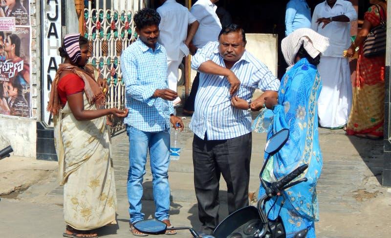 Las mujeres pobres se colocan delante de un restaurante para pedir o para buscar ayuda fotos de archivo libres de regalías