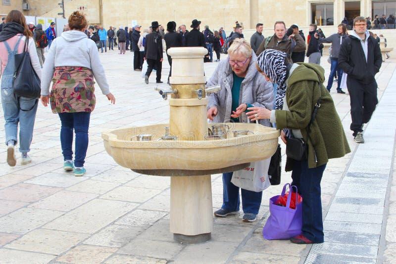 Las mujeres que lavan las manos adoran la pared de Wester, Jerusalén imagenes de archivo