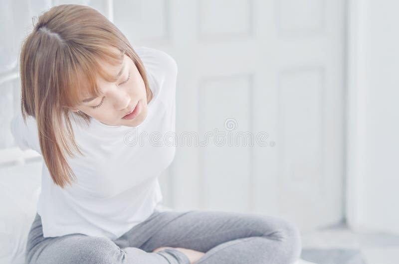 Las mujeres que llevaban las camisas blancas acaban de despertar foto de archivo libre de regalías